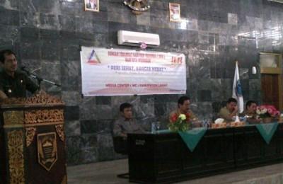 Wakil Bupati Lahat, Marwan Mansyur, SH, MM (kiri) menyampaikan kata sambutan pada seminar menyemarakkan Hari Pers Nasional